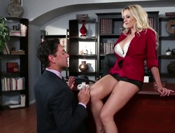Pretty cutie Stormy Daniels sucks allied to a pro around viva voce action